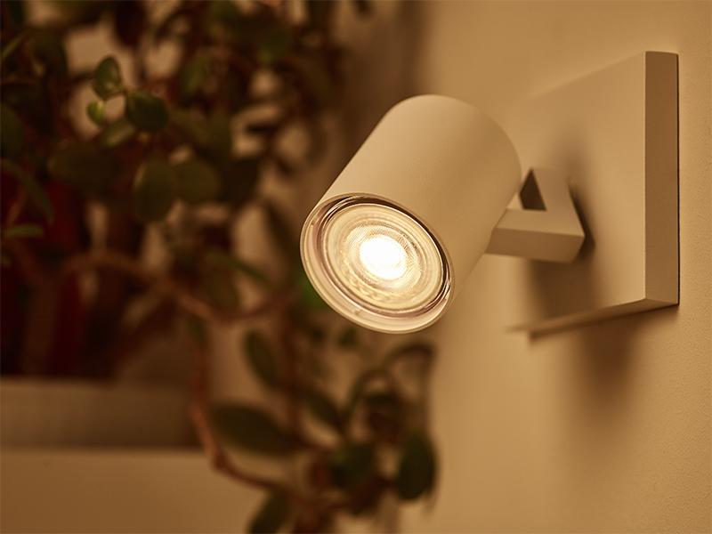 la lampe led graduable de philips est l 39 alternative id ale l 39 halog ne. Black Bedroom Furniture Sets. Home Design Ideas